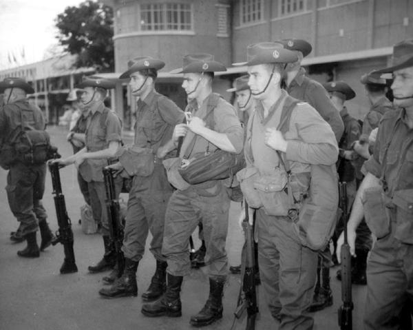 Australijscy żołnierze wkrótce po przybyciu na lotnisko Tan Son Nhat w Vietnamie